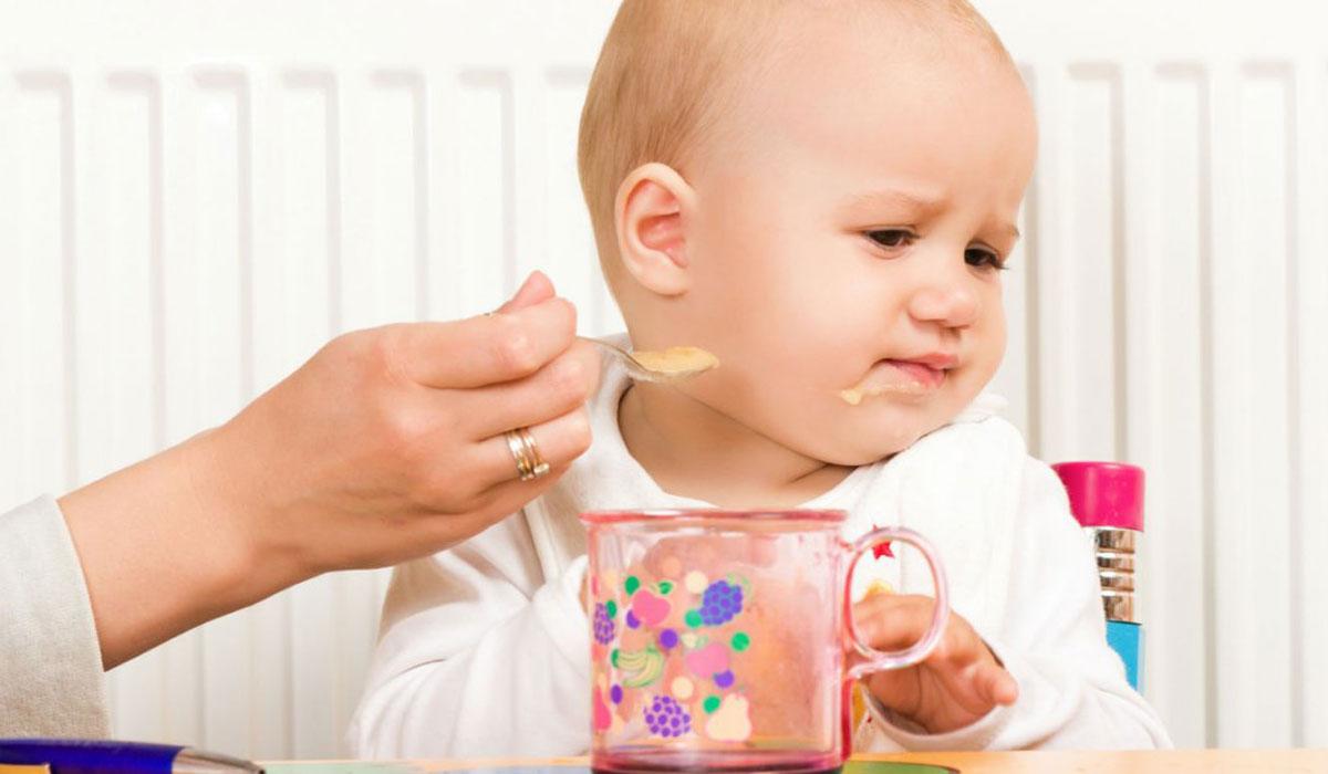 كيف تتعاملين مع رفض الطفل الطعام بالملعقة