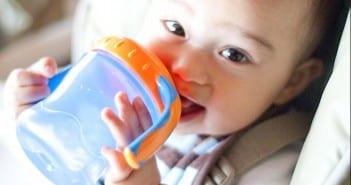 تدريب الطفل على استخدام الكوب بدلاً من الببرونة