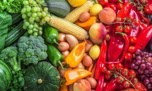 تعرف علي فوائد الفواكه والخضروات من لونها
