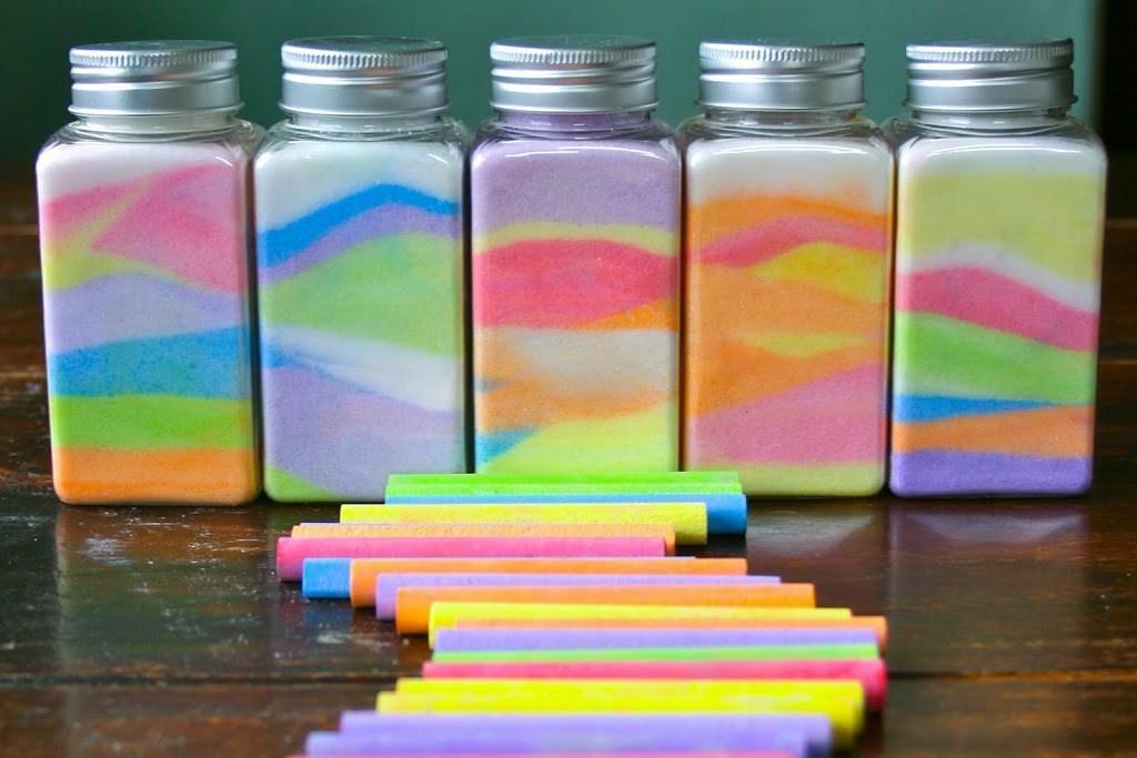 Photo of طريقة عمل الرمل الملون بالملح أو الرمل والطباشير