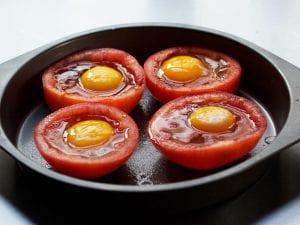 اكواب الطماطم بالفرن بالبيض والجبن
