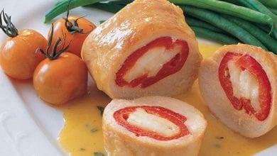Photo of طريقة لفائف الدجاج بالجبنة مع صلصة المستردة والنعناع