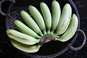 الموز المقلي بصوص الشوكولاتة تحلية بسيطة وسهلة