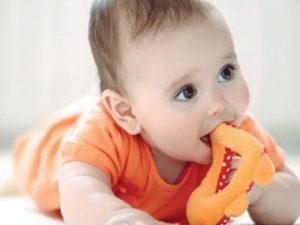 اسباب وضع الطفل كل شئ في فمه