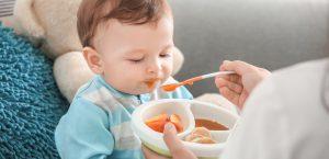 كيفية بدء اطعام الرضيع الطعام الصلب