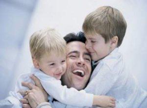 اهمية اللمس للصبيان والعناق من الاهل