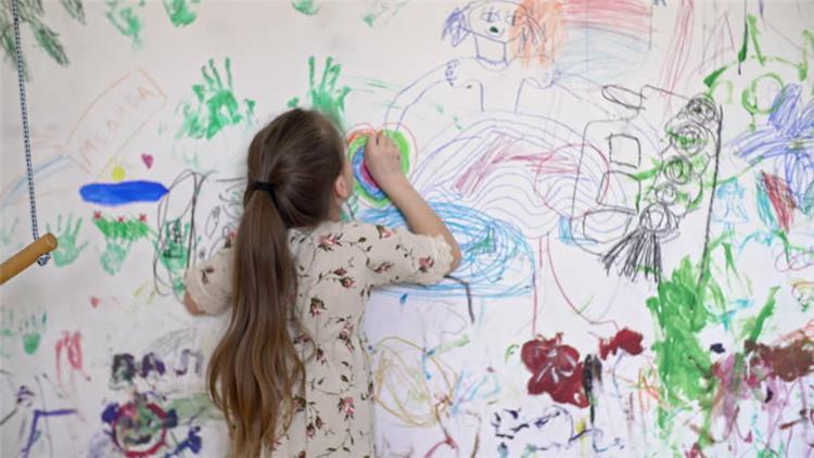 طريقة تنظيف الحائط من الوان الشمع بالصور