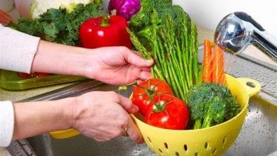 Photo of كيفية غسل الخضروات والفاكهة لحماية عائلتك من الجراثيم