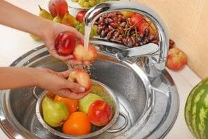 كيفية غسل الخضروات والفاكهة لحماية عائلتك من الجراثيم
