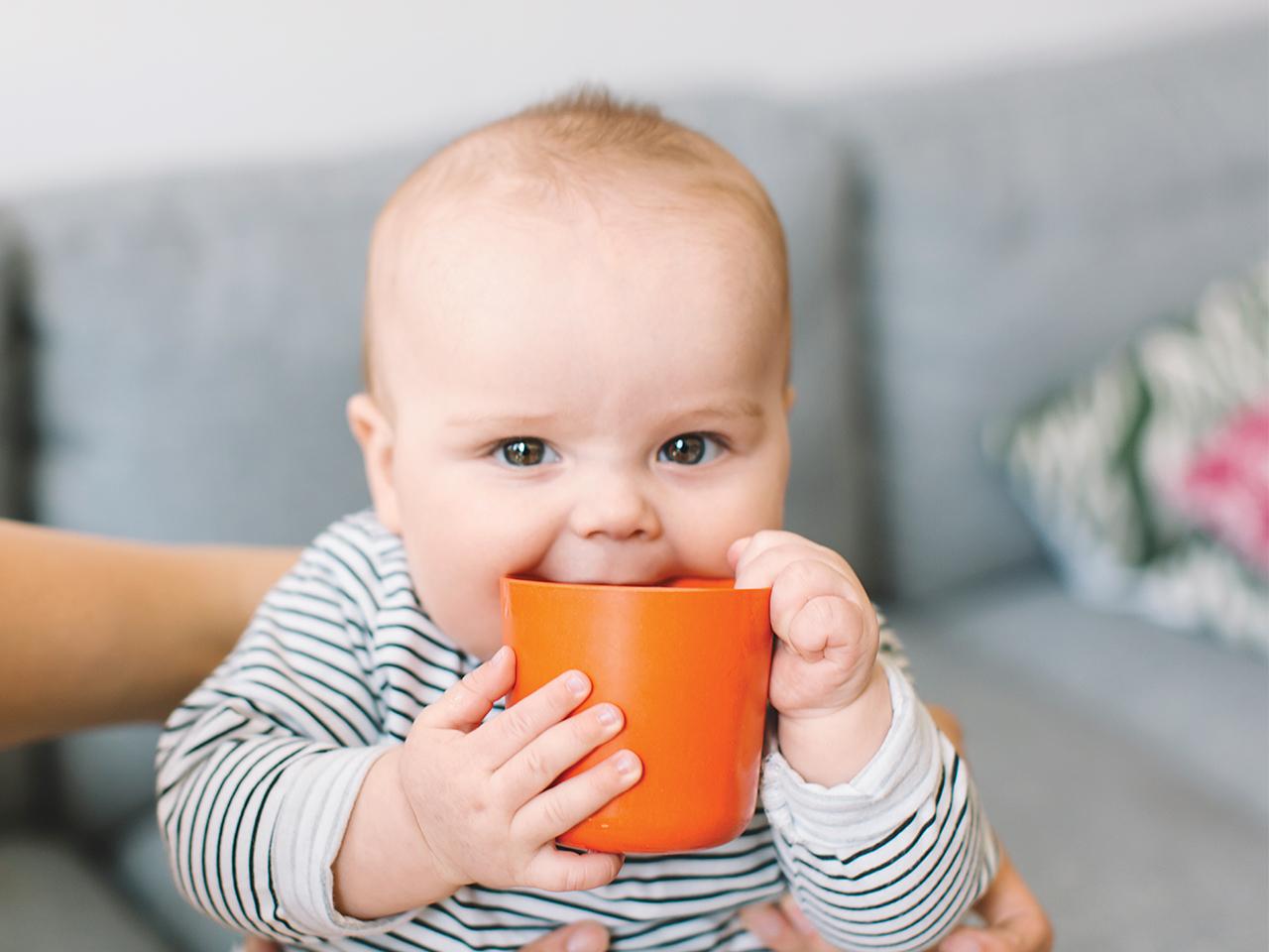 كمية شرب الطفل للماء ونصائح لتقديم الماء لطفلك