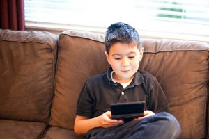اثر الألعاب الالكترونية على سلوك الطفل وصحتة