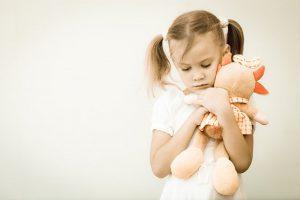 كيفية التعامل مع الطفل الانطوائي ومتى تقلقى ؟