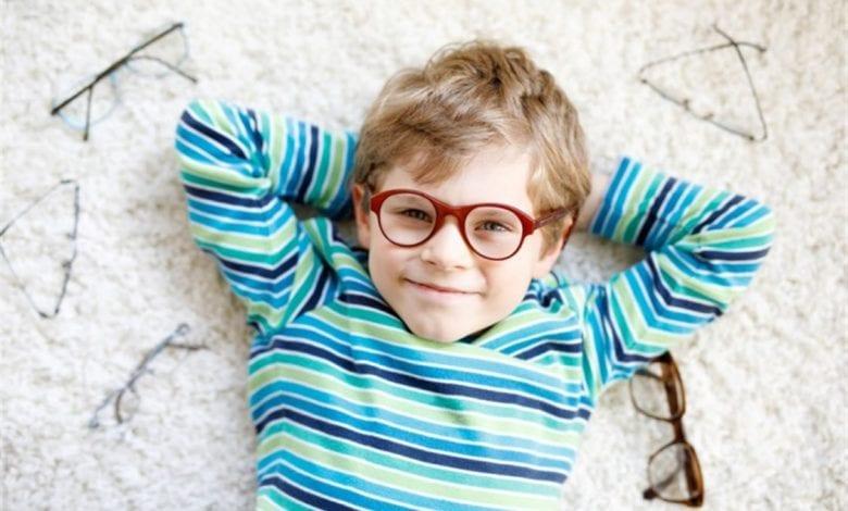 متى يستوجب ارتداء النظارة الطبيية للطفل
