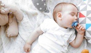 احتياطات هامة عند نوم الأطفال حديثي الولادة في السرير