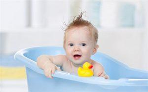 استحمام الطفل بطريقة آمنه والعناية بالبشرة الحساسة