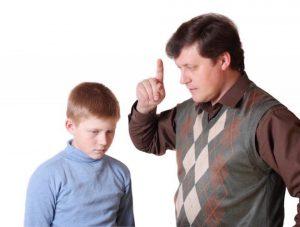 هل تستطيع الأب و الأم المتسلطة على الاطفال أن ينشئوا أطفال سعداء؟