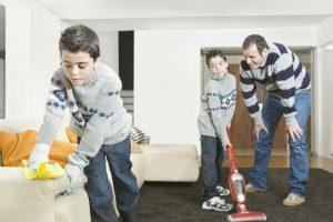 مشاركة الاب في الاعمال المنزلية تجعل ابنته طموحة