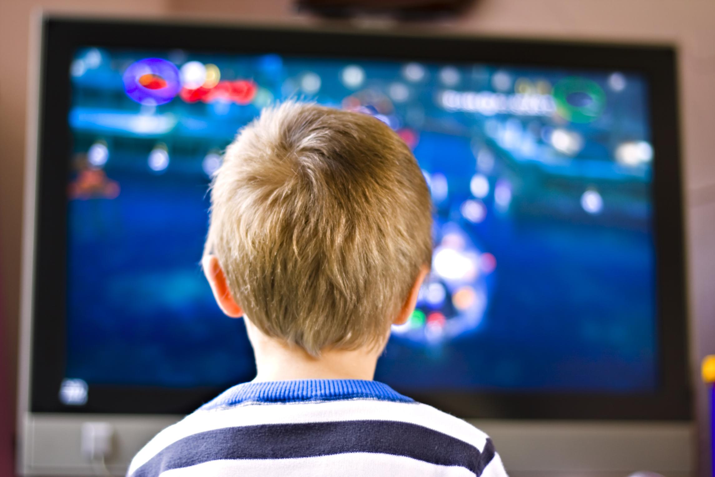 طفلي يقضي ساعات طويلة امام التلفاز ماذا أفعل لإبعاده ؟