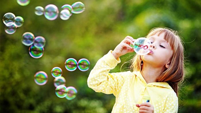 طريقة عمل الفقاعات بالمنزل لطفلك مثل المحترفين ولا تنفجر بسرعة