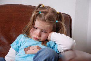 اللوم و الصراخ والسخرية تدمر الطفل