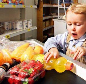فكرة رائعة للسيطرة على الاطفال اثناء التسوق في السوبر ماركت