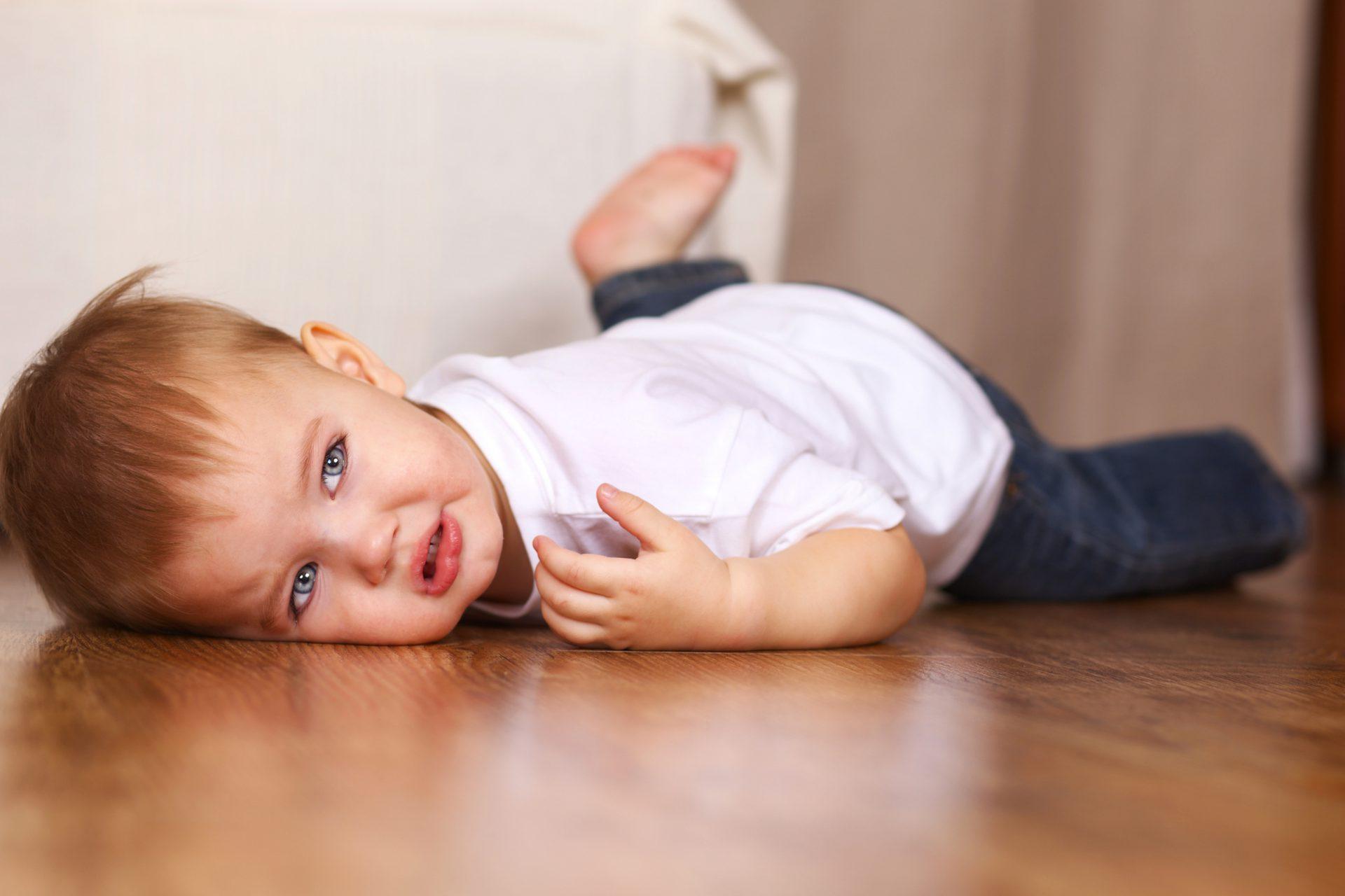 برجاء الاهتمام بالطفل حتي وإن كان كلما غضب يرمى نفسه على الارض