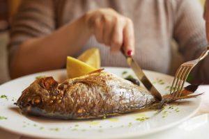 فوائد تناول الاسماك والمأكولات البحرية
