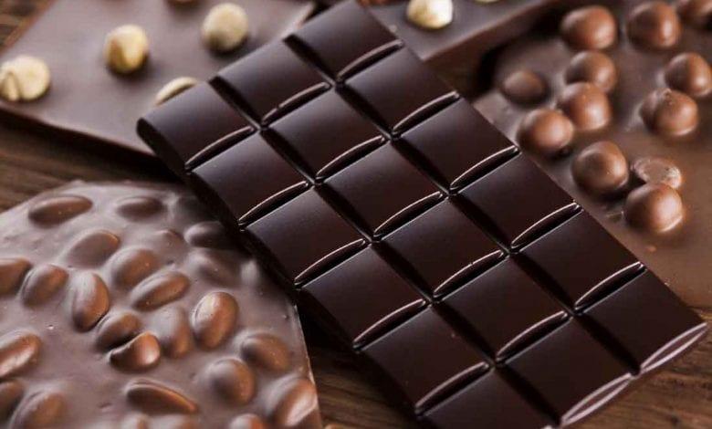 قطعة من الشوكولاتة تسعدك وتحسن مزاجك