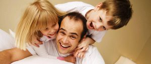 زيادة التواصل مع الابناء بأفعال بسيطة يتبعها الاباء