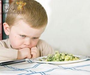 حيل تساعدك على جعل الطفل يتناول الفاكهه