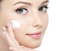 عادات خاطئة تؤذي بشرتكِ تجنبيها قبل النوم