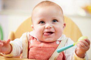 تغذية الطفل الرضيع خطوة بخطوة حسب العمر