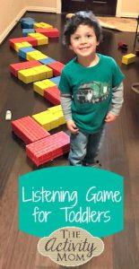 الاستماع لعبة الاطفال الصغار في الأجازة