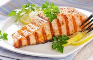 طريقة عمل سمك السلمون المقلي مع فوائده المدهشة