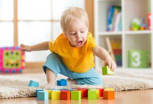 تعرفي على المهارات الحركية الدقيقة لطفلك حتى عامه الثالث