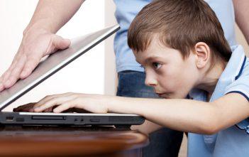 كيف تجنبي طفلك مخاطر الالعاب الالكترونية وتعلقه بها؟
