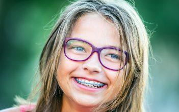 ما هي الحالات التي تستدعي دعامة الاسنان للطفل؟