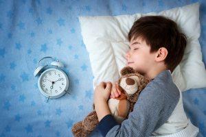 مشكلة مشي الطفل اثناء النوم والحلول