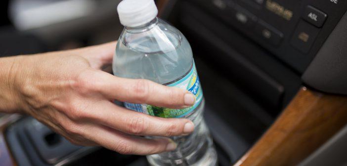لصحة طفلك وصحتك ممنوع شرب المياه من السيارة