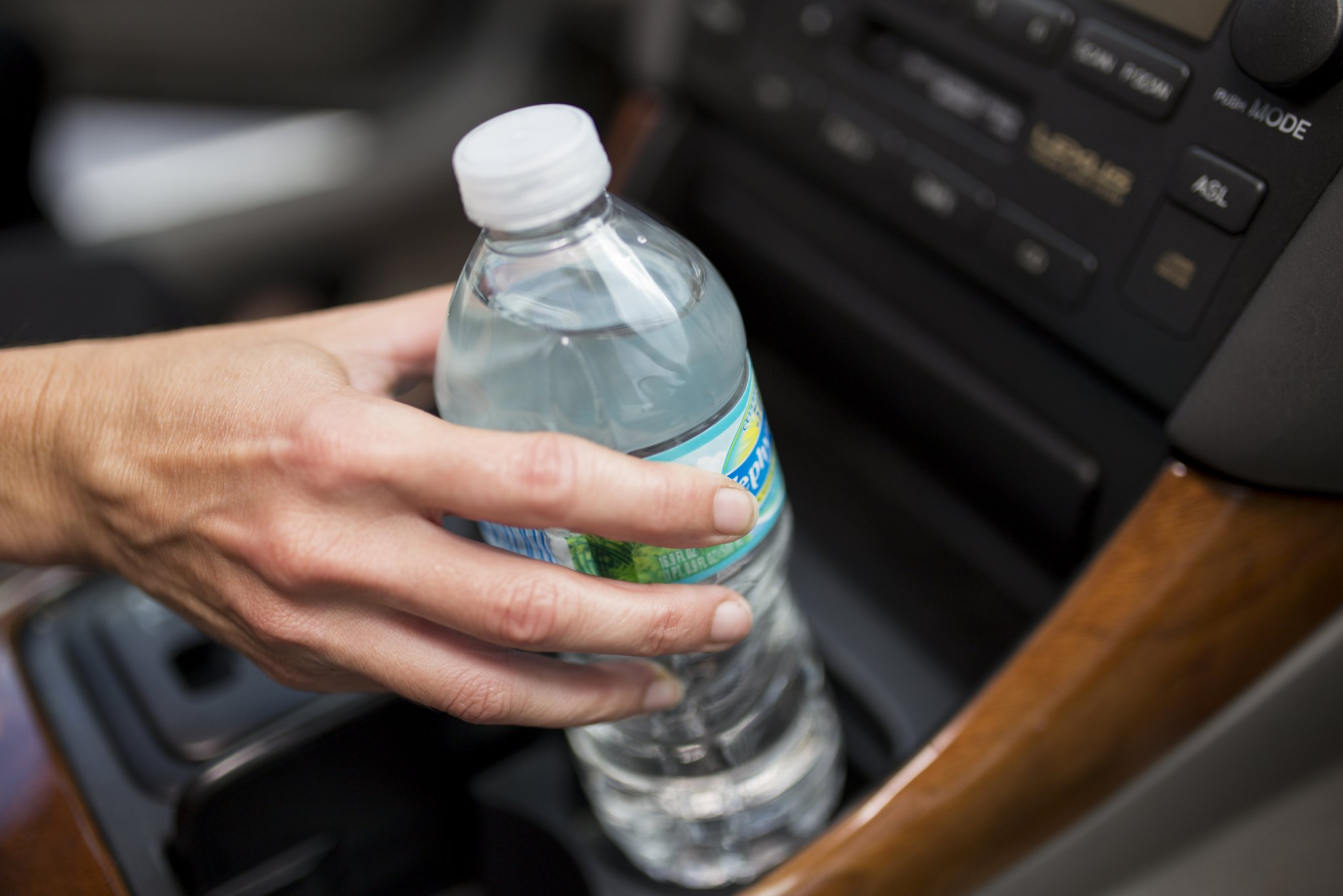 Photo of لصحة طفلك وصحتك ممنوع شرب المياه من السيارة