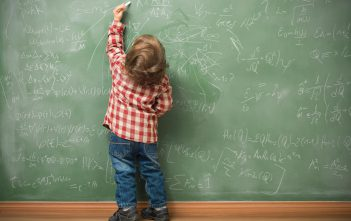 كيف تتعاملي مع طفلك إذا يستخدم اليد اليسرى ؟