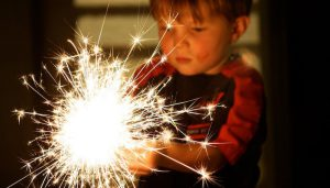 مخاطر الالعاب النارية ومخاطر يتعرض لها طفلك في العيد