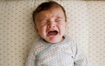 أسباب الحزق عند الرضع وطرق العلاج