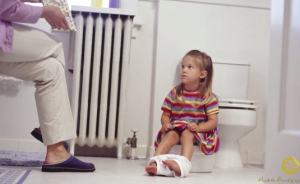 ما الأفضل لطفلك تعليمه دخول الحمام مباشرة أم البوتي؟