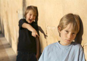 مشكلة السخرية من الآخرين عند الاطفال؟ إليكِ الأسباب والحل