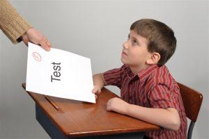 أسباب تراجع العلامات المدرسية للطفل وطرق التعامل معه