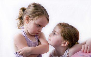 الغيرة بين التوأم تعرفي على أسبابها و كيف تتغلبين عليها