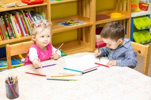 تعليم الطفل مهارة المشاركة خلال السنوات الأولى في حياته