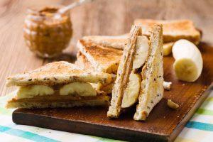 ساندوتش زبدة الفول السوداني والموز والنوتيلا اللذيذ للأطفال