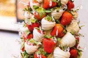 الشوكولاته البيضاء بقطع الفراولة اللذيذة